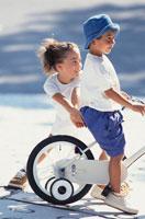少女と自転車に乗った少年