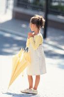 黄色い傘と日本人の女の子