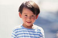 ボーダーTシャツを着た笑顔の少年
