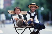 ベンチに座った少年と少女