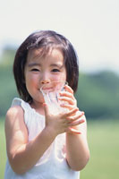 グラスに入った水を飲む少女
