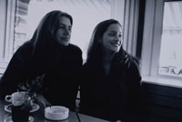カフェの窓際に座った女性2人