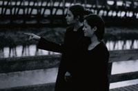 桟橋を歩く女性2人 21007004283| 写真素材・ストックフォト・画像・イラスト素材|アマナイメージズ