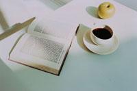 テーブルの上の洋書やコーヒー