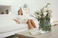 リビングのソファでカフェオレを飲む女性 21007004345| 写真素材・ストックフォト・画像・イラスト素材|アマナイメージズ