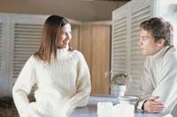 キッチンカウンターで話をするカップル