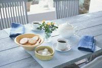テーブルの上に置いたコーヒーとサブレ