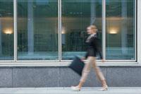 道を歩くビジネスウーマン