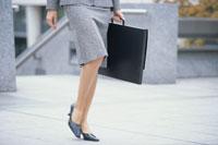鞄を持って歩くビジネスウーマンの足元