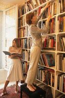 本棚の前の女性2人