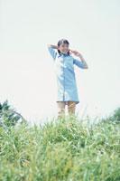 水色のワンピースを着た少女
