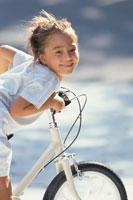 笑顔で自転車に乗った少女