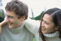 白いセーターを着て肩を組んだカップル