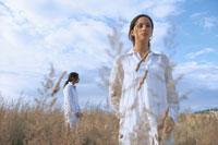 草原にたたずむ女性2人