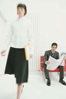 歩く女性と座った男性
