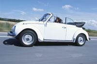 白いオープンカーを運転する女性 21007004795| 写真素材・ストックフォト・画像・イラスト素材|アマナイメージズ