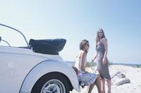 白いオープンカーと女性2人
