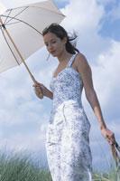 日傘をさす女性 21007004820| 写真素材・ストックフォト・画像・イラスト素材|アマナイメージズ