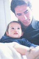 父親に抱かれる子供
