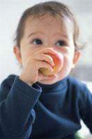 フルーツを食べる子供
