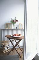 丸いテーブルの上のフルーツ 21007004898| 写真素材・ストックフォト・画像・イラスト素材|アマナイメージズ