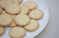 白い皿の上のクッキー