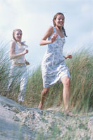 砂浜を走る女性2人