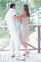 テラスに立つカップルの後姿 21007005022| 写真素材・ストックフォト・画像・イラスト素材|アマナイメージズ