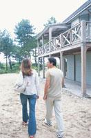 砂の上を歩くカップル 21007005073| 写真素材・ストックフォト・画像・イラスト素材|アマナイメージズ
