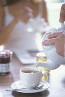 ティーポットでお茶を入れる手元