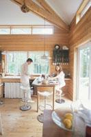 キッチンで軽い食事をするカップル