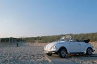 砂浜に止めた白いオープンカー 21007005089A| 写真素材・ストックフォト・画像・イラスト素材|アマナイメージズ