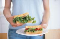 サンドウィッチを持った人の手元