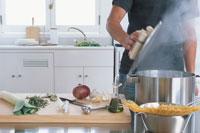 鍋の蓋を開ける男性のシルエット