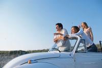 白いオープンカーの男女3人 21007005241| 写真素材・ストックフォト・画像・イラスト素材|アマナイメージズ