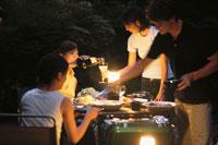 外で食事を楽しむ男女4人グループ 21007005278| 写真素材・ストックフォト・画像・イラスト素材|アマナイメージズ