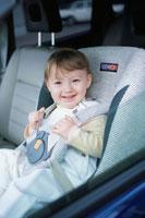 チャイルドシートに座る赤ちゃん 21007005284| 写真素材・ストックフォト・画像・イラスト素材|アマナイメージズ