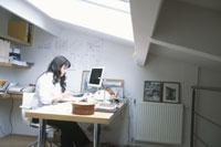 パソコンに向かう外国人女性