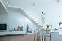 ダイニングルームの階段を下りる女性 21007005323| 写真素材・ストックフォト・画像・イラスト素材|アマナイメージズ