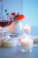 赤ワインのグラスとキャンドル 21007005359| 写真素材・ストックフォト・画像・イラスト素材|アマナイメージズ