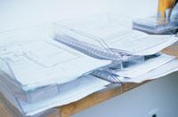 トレーに整理した書類