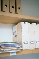 棚に並ぶ木製のファイルと書類