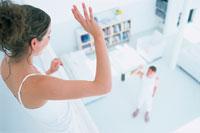 階下の男性に手を振る女性