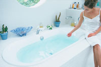 バスタブに座り湯加減を見る女性 21007005569| 写真素材・ストックフォト・画像・イラスト素材|アマナイメージズ