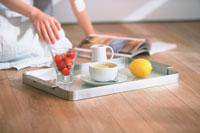 床に置いたトレーと雑誌を見る女性 21007005591| 写真素材・ストックフォト・画像・イラスト素材|アマナイメージズ