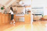 木製のキッチンの黒いスカートの女性
