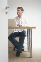 パソコンを操作する外国人男性