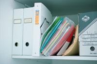 棚に並んだ白いファイルや資料
