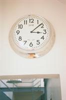 丸いスチールの壁掛け時計