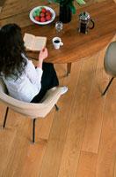 テーブルで読書する女性